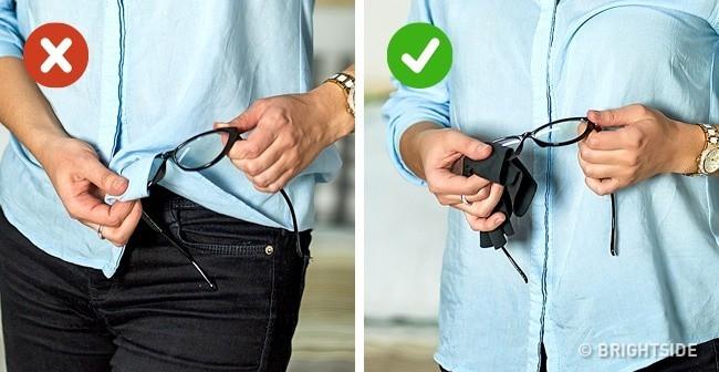 Không nên lau mắt kính bằng áo