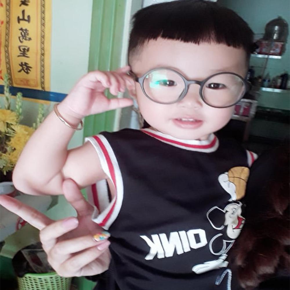 Bé 3 tuổi được mẹ tin dùng sử dụng kính bảo vệ mắt kavi