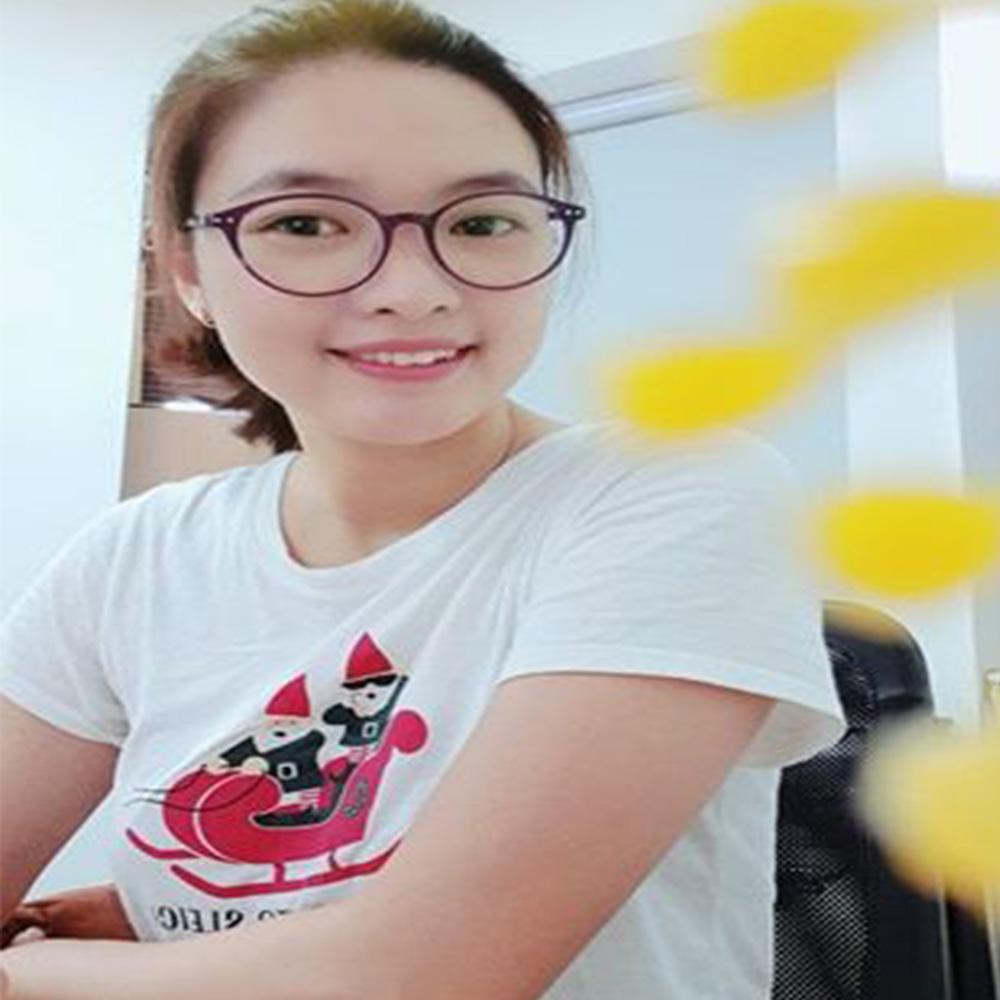 khách hàng của kavi đeo kính kavi123 màu tím
