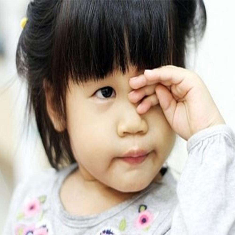 Trẻ thường xuyên dụi mắt, nheo mắt khi nhìn xa