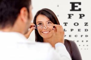 Cắt kính cận là gì? Nên cắt loại kính gì cho người cận thị ?