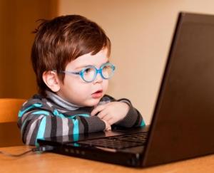 Đừng để con bạn ngồi trước máy tính , tivi cả ngày mà không có kính bảo vệ mắt