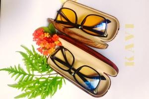 Hộp đựng kính vân gỗ nâu vàng chống trầy xước KAVI
